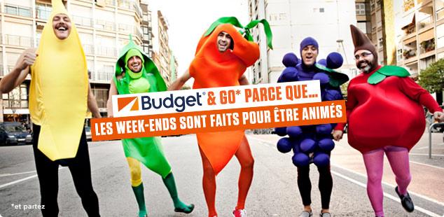Groupe d'amis déguisés en fruits qui profitent de l'offre de location de voiture Budget & Go Weekend